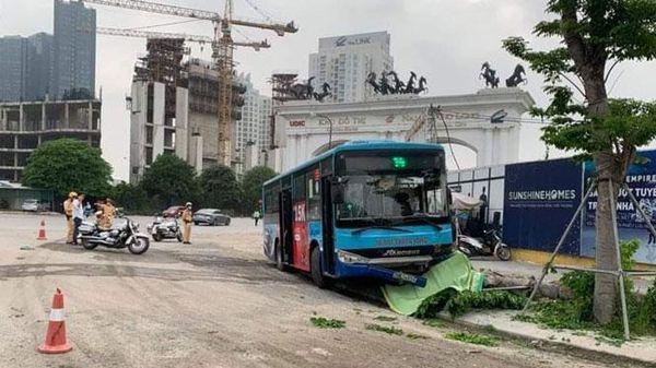 Đang đi bộ, một người bị xe buýt đâm tử vong