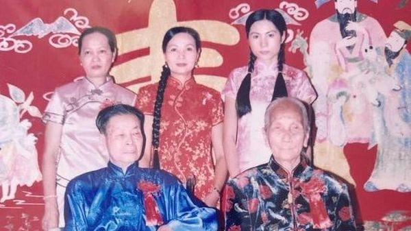 Thủy Tiên bị mẹ ruột 'đào mộ' ảnh năm 18 tuổi, nhan sắc khác 'một trời một vực' so với hiện tại