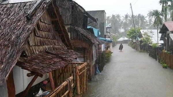 Siêu bão Surigae tiến gần Philippines, 100 nghìn người sơ tán