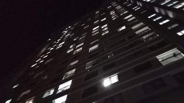 Bé gái 3 tuổi rơi từ tầng cao chung cư Xuân Mai complex xuống đất tử vong