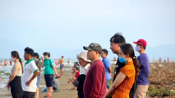 Nghệ An: Nhiều người không đeo khẩu trang phòng dịch tại điểm du lịch biển Diễn Thành