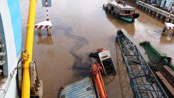 Chìm sà lan hàng trăm tấn tại Bạc Liêu