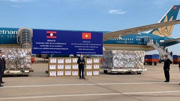 Việt Nam tặng Lào 500.000 USD và vật tư, thiết bị y tế ứng phó Covid-19