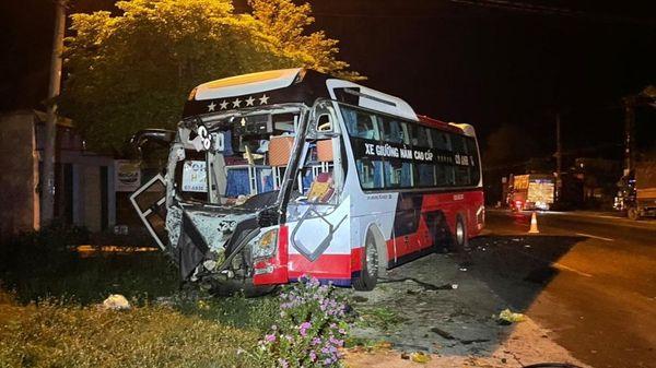 Ôtô tải tông trực diện xe khách, một người chết