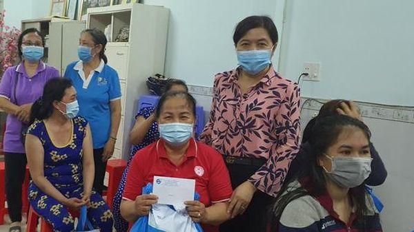 TPHCM: 80 phần quà đến với nữ công nhân khó khăn