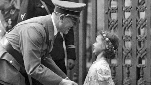'Sốc' với biểu cảm đặc biệt của trùm phát xít Hitler khi chụp ảnh với trẻ em