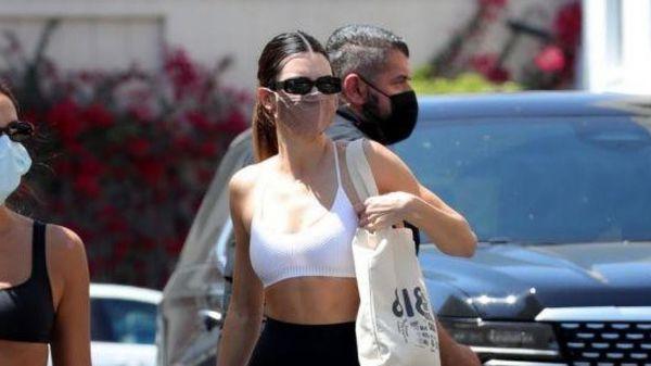 Kendall Jenner diện trang phục bó sát, gợi cảm trên phố