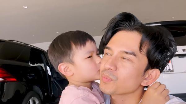 Con trai 4 tuổi của Đan Trường mếu máo vì bố mẹ trêu đang ở Việt Nam