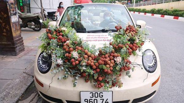 Độc đáo chiếc xe ô tô Volkswagen Beetle được trang trí bằng 30kg vải thiều xuất hiện trên phố Hà Nội