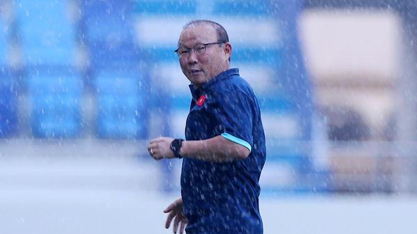 Thầy Park gặp sự cố hài hước trước buổi tập của tuyển Việt Nam