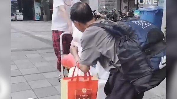 Cảm động người cha đi xe buýt hơn 1 ngày, mang thực phẩm cho con gái