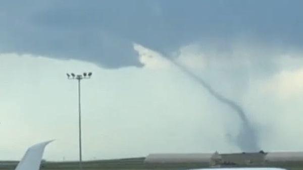 Lốc xoáy khổng lồ xuất hiện cạnh sân bay ở Mỹ
