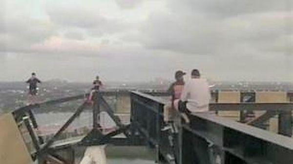 TikToker Australia bị chỉ trích vì trèo lên giàn giáo quay clip