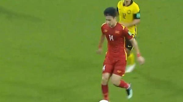 Hoàng Đức solo qua 4 cầu thủ Malaysia từ giữa sân