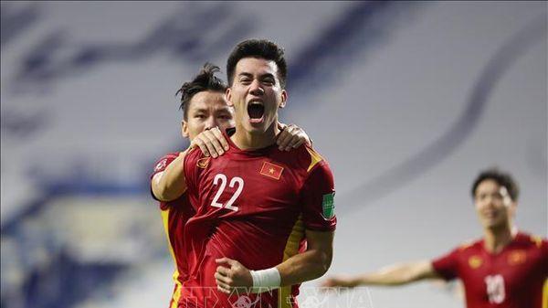 Thắng nghẹt thở 2-1, đội tuyển Việt Nam củng cố ngôi đầu