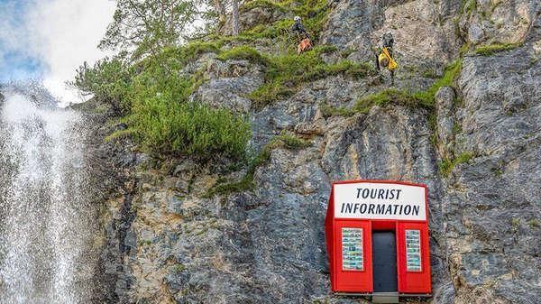 'Công trình lạ' đặt gần thác nước, nhiều du khách khó chịu