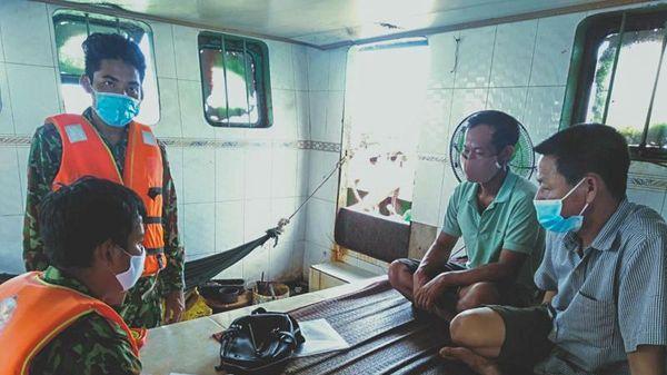 Bắt giữ 3 sà lan vận chuyển cát trái phép trên vùng biển Cần Giờ