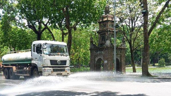 Hà Nội tăng cường tưới nước, rửa đường chống nóng