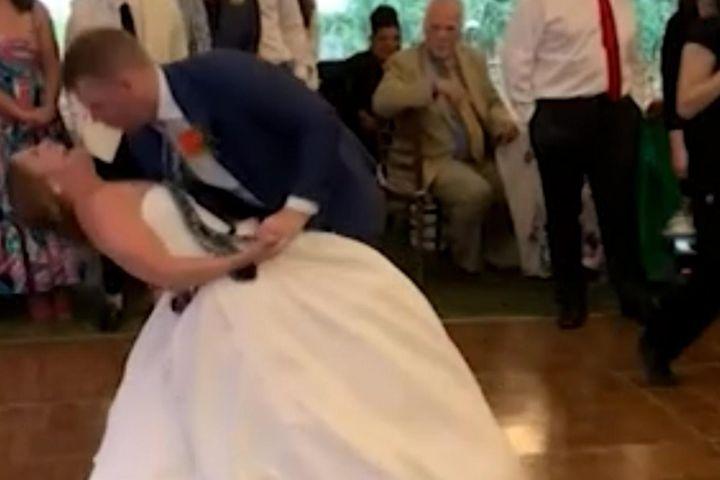 Nhảy trong đám cưới, cô dâu bị trật khớp gối phải đi bệnh viện - Zing - Tri thức trực tuyến