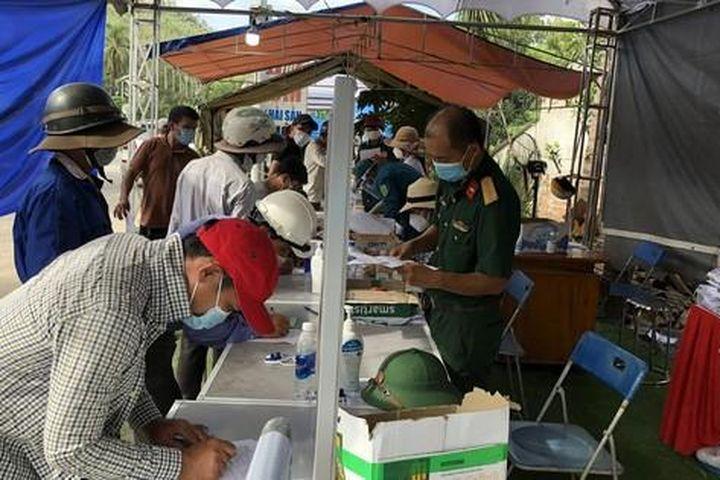 Hàng nghìn người từ TP HCM đổ về quê tránh dịch bằng xe máy - Báo Người Lao Động