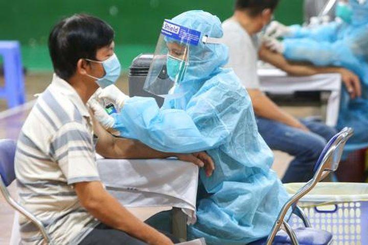 Ngày đầu triển khai tiêm đại trà hơn 930.000 liều vắc-xin ngừa Covid-19 tại TP HCM - Báo Người Lao Động