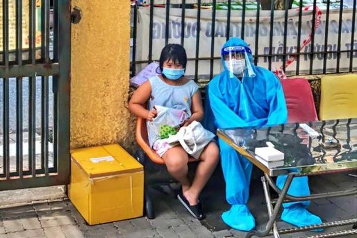 Bé gái khóc nấc, xin bác sĩ 'cho mẹ thở oxy' nhưng không kịp - Báo VietnamNet