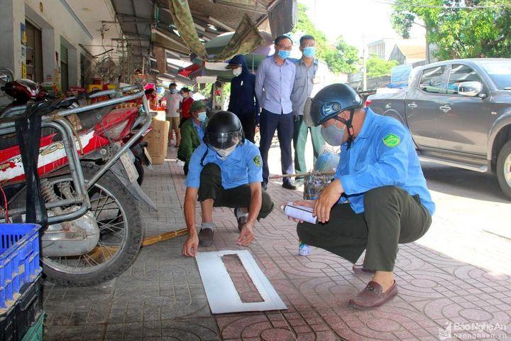 TP. Vinh kẻ vạch giới hạn khu vực bán hàng trước cổng chợ đầu mối - Báo Nghệ An