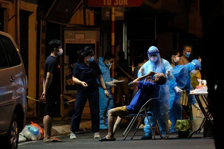 Xuyên đêm phong tỏa, xét nghiệm cho người dân ở Thụy Khuê (Hà Nội) - Báo Tin Tức TTXVN
