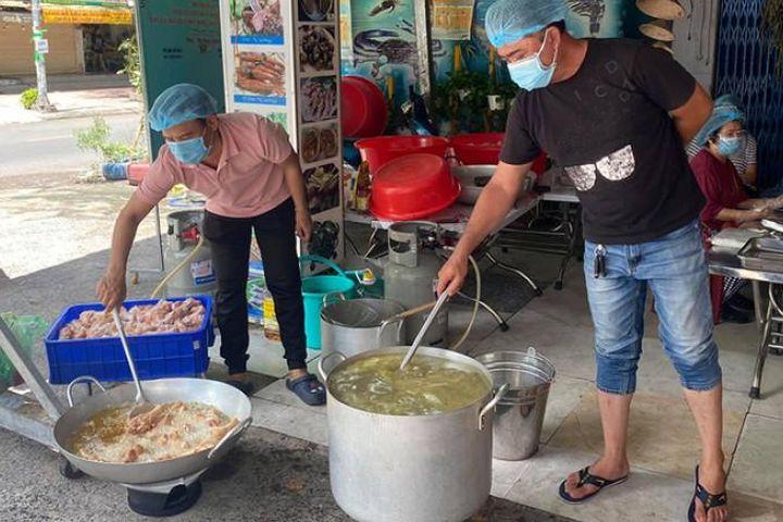 Nghệ sĩ giữ bếp ăn 0 đồng đỏ lửa - Báo Quảng Ninh