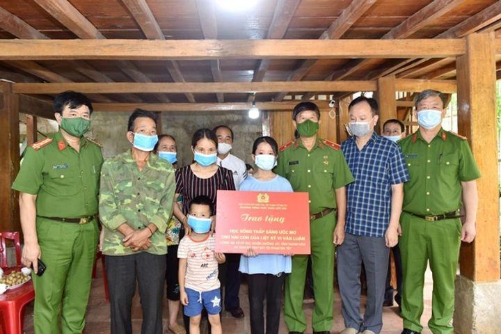 Trao học bổng cho hai con của Trung tá hy sinh khi truy bắt tội phạm ma túy - Báo VOV