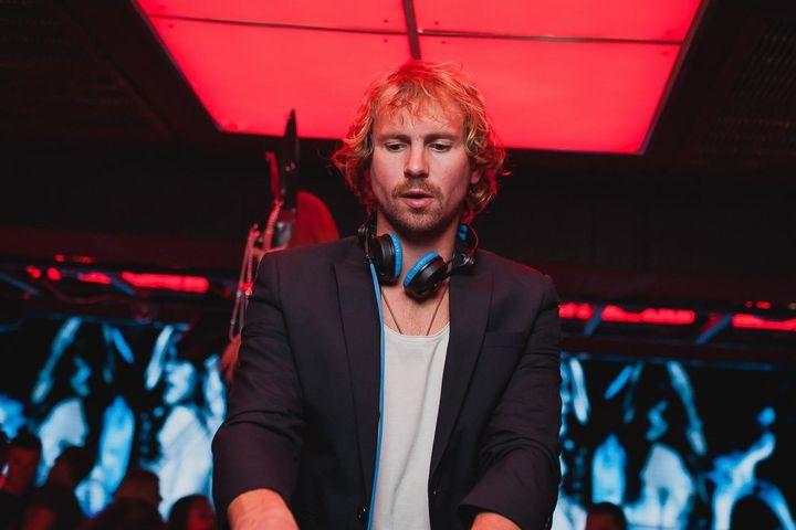 DJ ở TP.HCM chơi nhạc trên ban công tặng hàng xóm - Zing - Tri thức trực tuyến