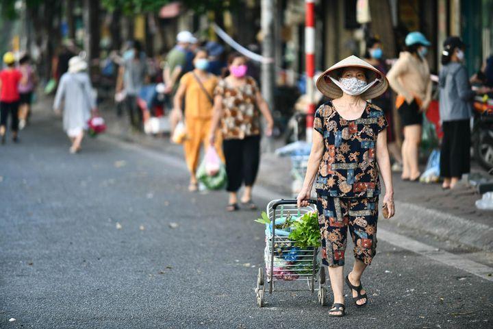 Người dân Hà Nội hạn chế ra đường, ưu tiên đi chợ qua điện thoại - Zing - Tri thức trực tuyến