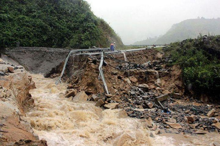 Bắc Bộ mưa dông diện rộng, cảnh báo lũ quét, sạt lở đất ở vùng núi - Báo Nhân Dân