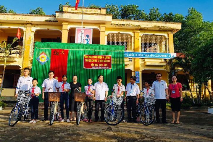 Công đoàn Nghệ An tặng sách, xe đạp cho con em người lao động - Báo Nghệ An