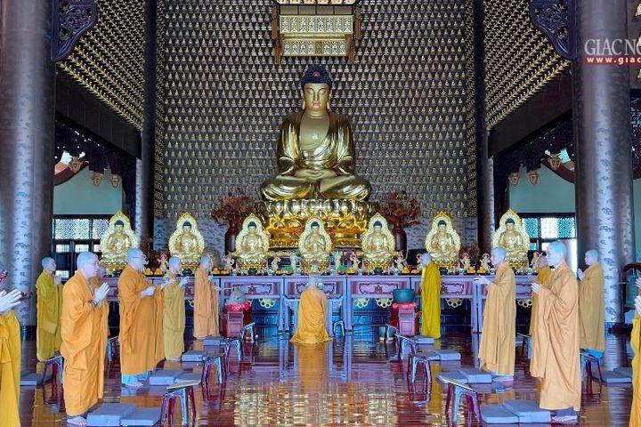 Mùa an cư dâng cúng Phật hương hoa trí tuệ và đạo hạnh - Giác ngộ