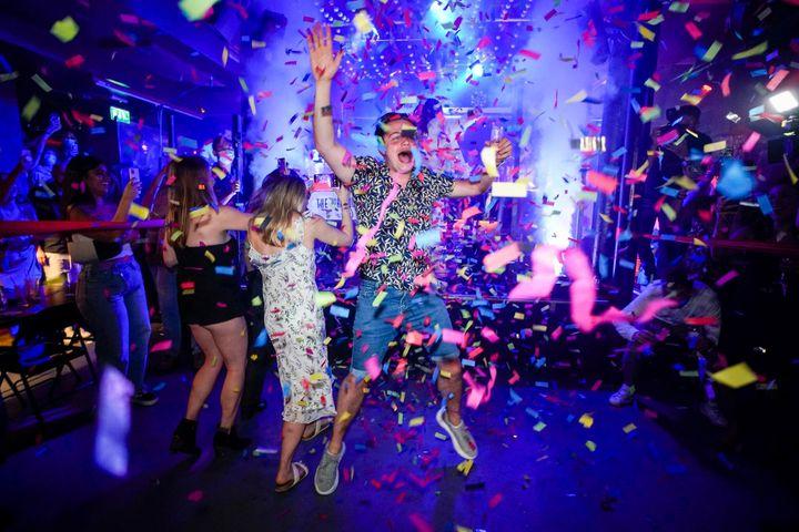 Áp lực khi phải 'tiệc tùng tới bến' hậu phong tỏa - Zing - Tri thức trực tuyến