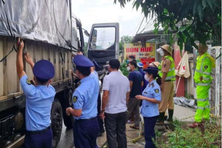 Phát hiện 71kg pháo nổ trên chiếc xe chở hàng - Pháp Luật & Xã Hội
