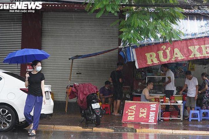 Người Hải Phòng đội mưa đi ăn sáng sau gần 2 tháng hàng quán chỉ bán mang về - Báo VTC News
