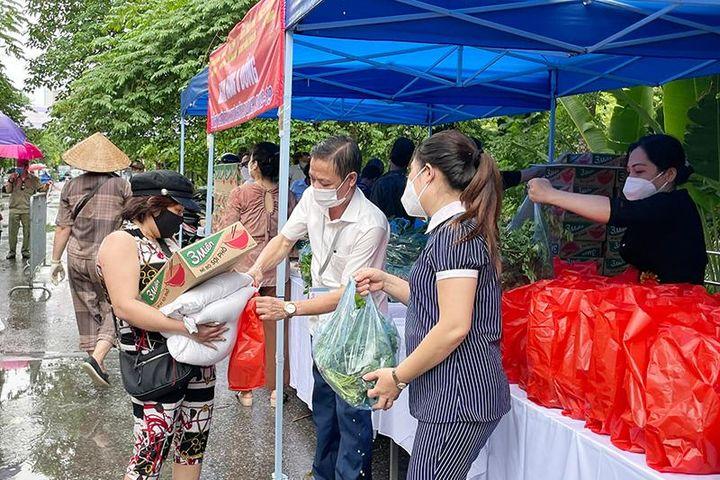 Quận Đống Đa: Tiếp tục trao tặng 300 suất quà cho người dân gặp khó khăn do dịch Covid-19 - Báo Kinh Tế Đô Thị