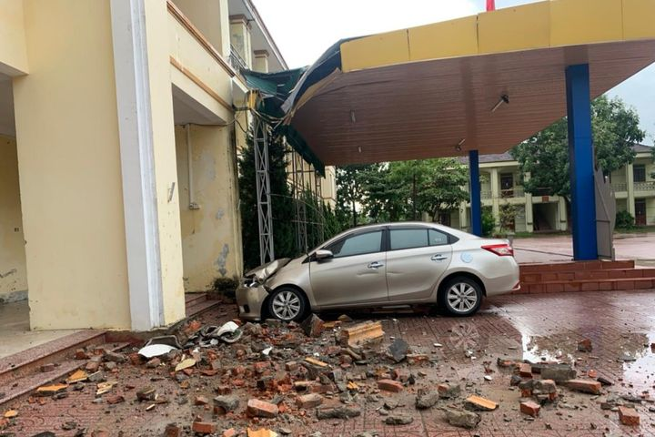 Hà Tĩnh: Mái trường học bị đổ sập do mưa lớn - Báo Giáo Dục & Thời Đại