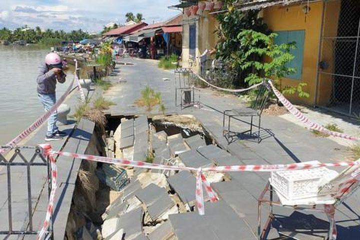Bờ kè trăm tỉ bao quanh phố cổ Hội An sụt lún nghiêm trọng - Báo Tiền Phong