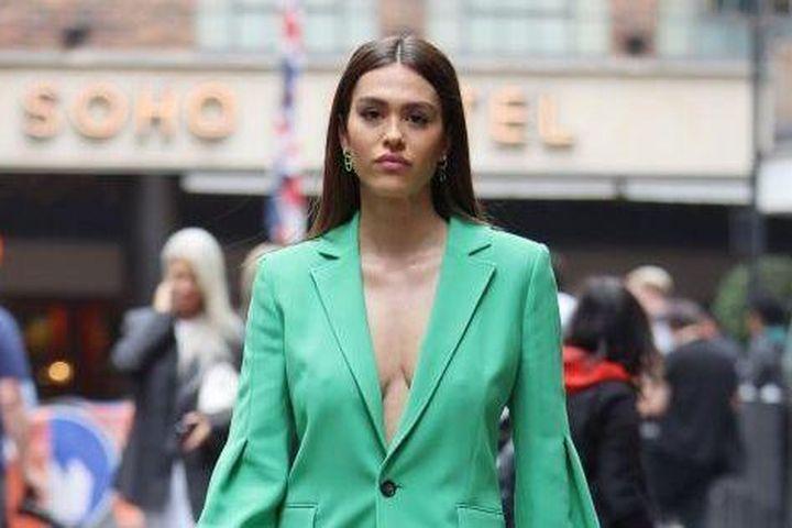 Nàng mẫu 20 tuổi diện phong cách không nội y, đẹp như fashionista trên phố - Báo Tiền Phong
