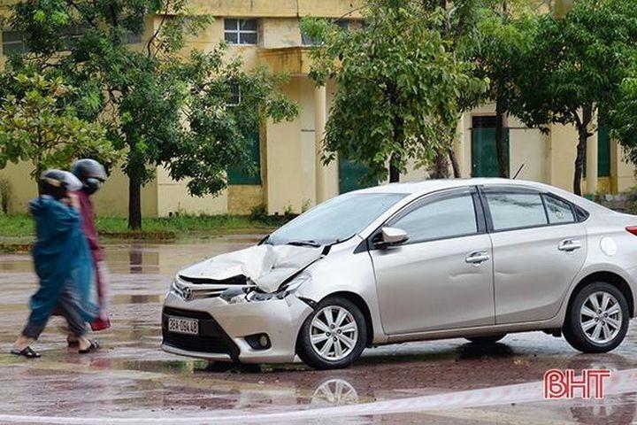 Ôtô bẹp đầu do mái trường học ở Đức Thọ bị đổ sập - Báo Hà Tĩnh