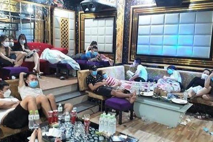 Đột kích quán karaoke Luxury phát hiện 53 thanh niên dương tính ma túy - Công An TP.HCM