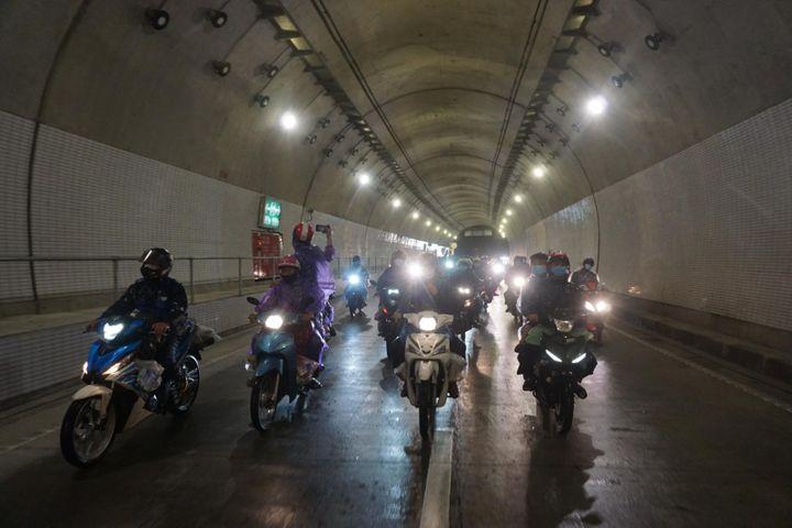 Đà Nẵng: Lần đầu tiên mở hầm Hải Vân cho gần 1.000 người dân đi xe máy về quê - Báo Giáo Dục & Thời Đại