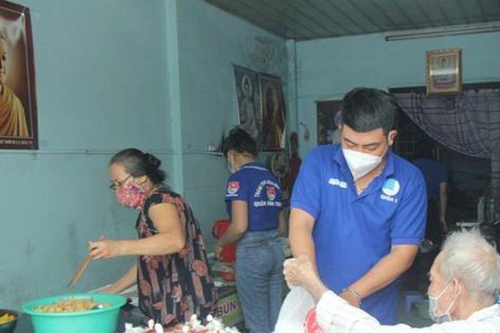 Bạn trẻ phụ giúp vợ chồng cụ ông nấu cơm 0 đồng gửi tặng bà con - Báo Tiền Phong