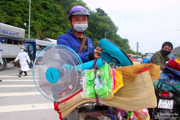 Những tài sản đặc biệt trên các chuyến xe vượt hơn nghìn cây số hồi hương - Báo Nghệ An
