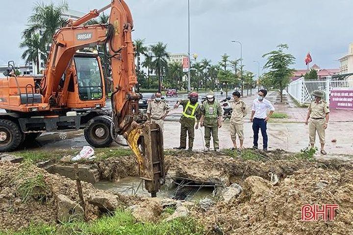 Nạo vét, mở rộng lối thoát nước tại một số điểm dễ ngập lụt ở TP Hà Tĩnh - Báo Hà Tĩnh
