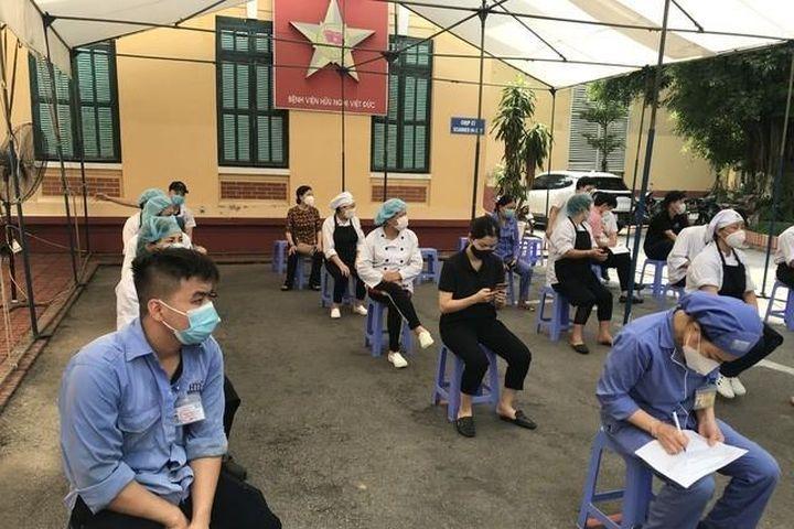 Hai người đi chăm bệnh nhân ở Bệnh viện Việt Đức nhiễm SARS-CoV-2 - Báo VTC News