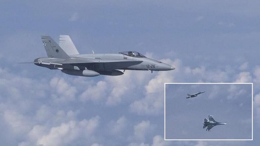 Su-27 Nga đuổi F-18 NATO tiếp cận máy bay chở bộ trưởng quốc phòng